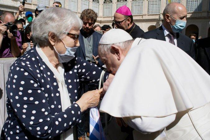 Pápež František sa stretol s preživšou z Osvienčimu, pobozkal jej tetovanie na ruke (video)