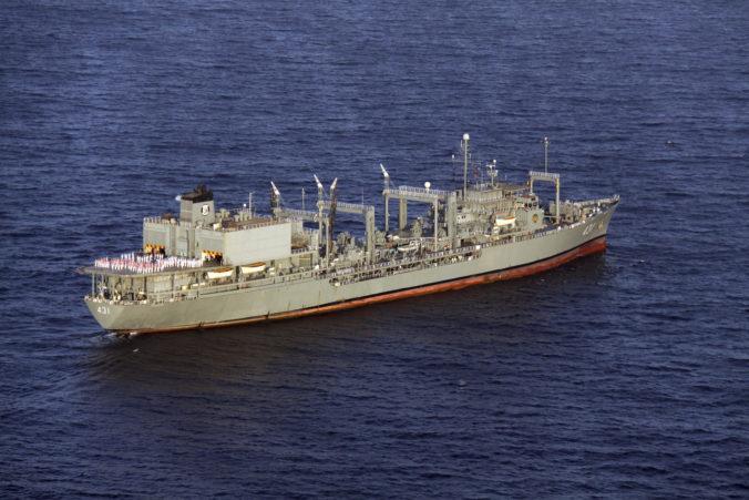 Najväčšiu loď iránskeho námorníctva zachvátil požiar, po ktorom sa potopila do Ománskeho zálivu (video)