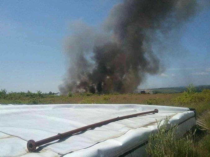V Budmericiach horí skládka nebezpečného odpadu, na miesto privolali aj chemické laboratórium