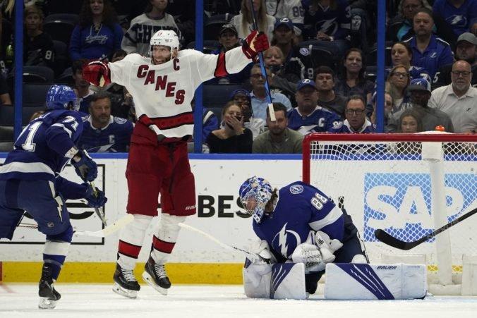 """Černák rozdával hity pri prehre """"bleskov"""", v play-off NHL nezvládli predĺženie ani Islanders v súboji s Bostonom (video)"""