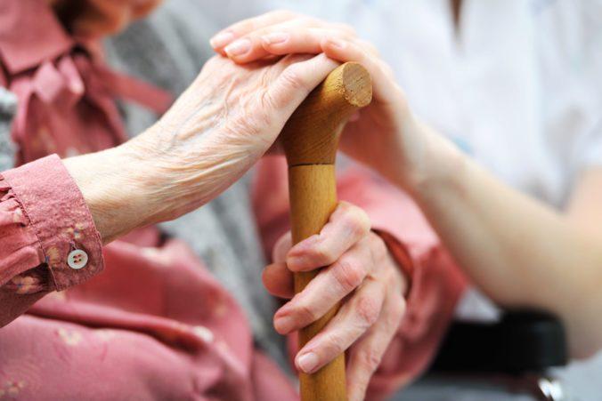 Opatrovatelia na Slovensku sa dočkajú zvýšenia príspevku, stúpne aj sadzba za osobnú asistenciu