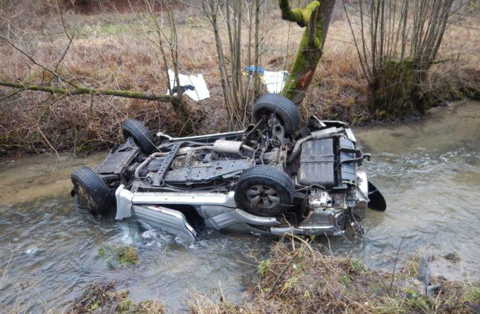 Auto sa zrútilo z horskej cesty do rieky, zahynulo sedem ľudí