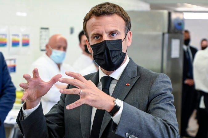 Francúzsky prezident Macron dostal počas oficiálnej návštevy facku, incident odsúdila aj Le Penová (video)