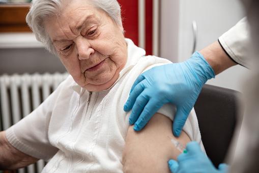 Seniori nad 60 rokov majú obrovský záujem o očkovanie Sputnikom, Hlas vyzýva vládu na jeho povolenie (video)