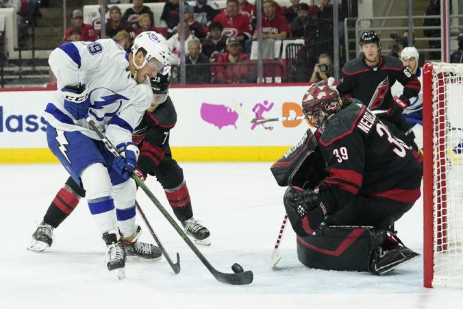 """Černák rozdal tri """"hity"""" a Tampa vyradila Carolinu, v play-off NHL aj otočka """"zlatých rytierov"""" (video)"""