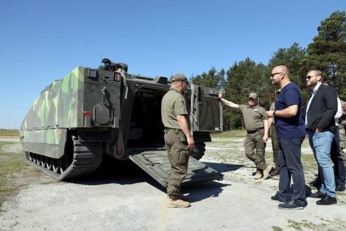 Ministerstvo obrany plánuje objednať nové obrnené vozidlá, malú ukážku si prezrel aj minister Naď