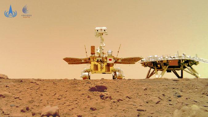 Čínsky rover si urobil na Marse selfie, NASA dúfa v skoré zozbieranie prvých vzoriek (foto)