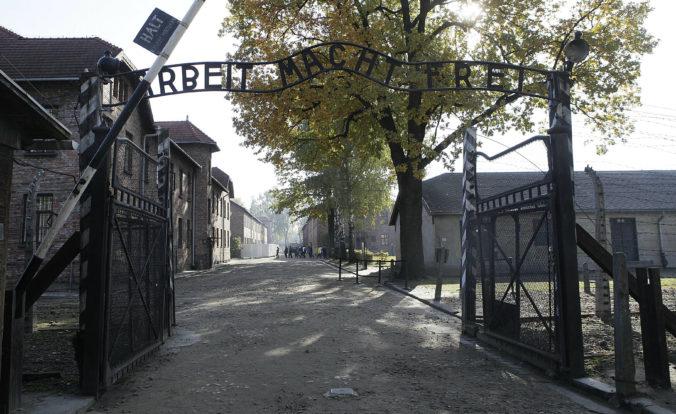 Neďaleko Auschwitzu objavili na brehu rieky ľudské lebky a kosti, mohlo by ísť o masový hrob