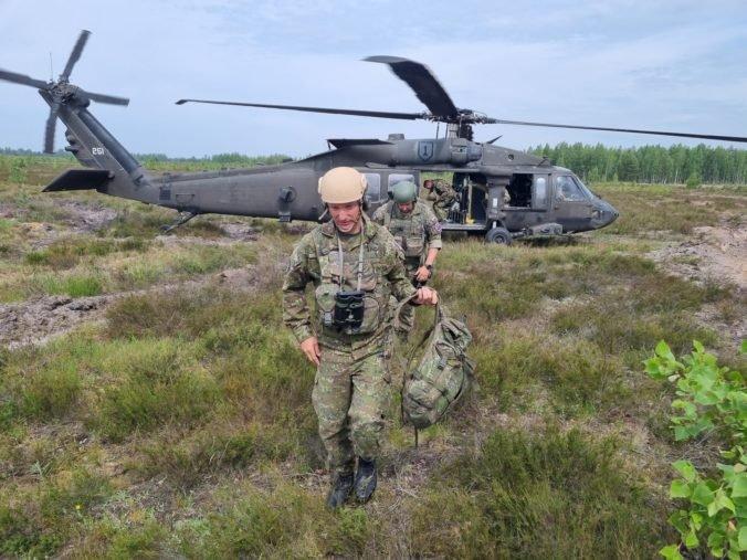 Slovenskí delostrelci cvičia v Lotyšsku paľbu do vzduchu, na tréningy využívajú aj vojenské vrtuľníky (foto)