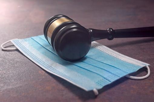 Sudca Miľan sa nenosením rúška na pojednávaniach správa arogantne, vzbúrili sa voči nemu aj kolegovia