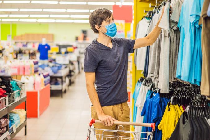 Uvoľnenie opatrení prinieslo do obchodov viac ľudí, tržby e-kasy sa vracajú na úroveň spred pandémie