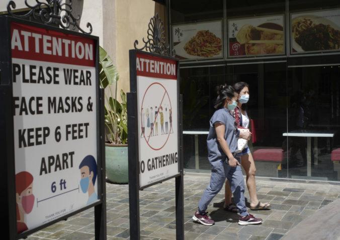 Väčšina pandemických obmedzení v Kalifornii končí, celoštátny núdzový stav zatiaľ ostáva
