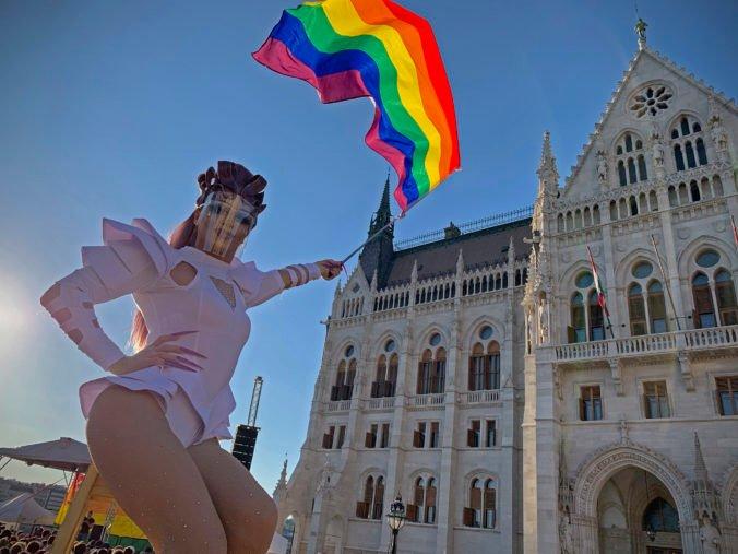 Maďari schválili sporný zákon proti pedofílii, zakazuje aj šírenie informácií o LGBT problematike v školách
