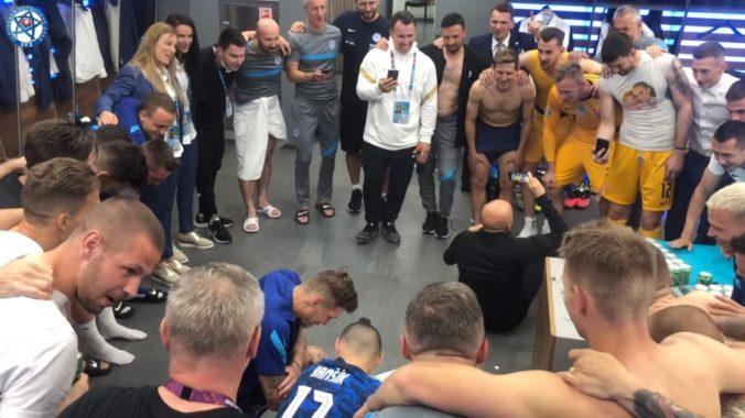 """Slovenskí futbalisti to po výhre nad Poľskom v šatni """"rozbalili"""", nechýbal tradičný pokrik a spievali sa ľudovky (video)"""