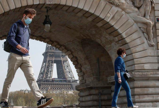 Francúzi už nebudú musieť nosiť na verejnosti rúška, o pár dní sa skončí aj zákaz nočného vychádzania