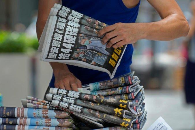 Policajti v Hongkongu zatkli editorov Apple Daily, kritický denník zvýšil po razii svoj náklad päťnásobne