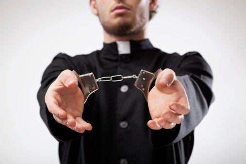 Kňaz zaútočil v Grécku na biskupov kyselinou, hrozilo mu vylúčenie z cirkvi pre drogy