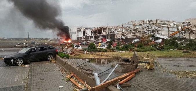 Neďaleko slovenských hraníc sa prehnalo tornádo, spôsobilo rozsiahle škody (video)