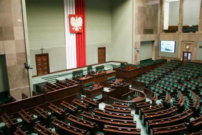 Vládna koalícia v Poľsku stratila tesnú väčšinu v parlamente, keď ju opustili traja poslanci