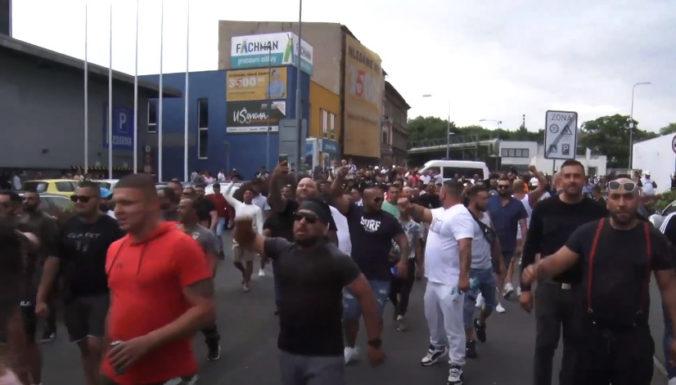 Na zhromaždení za zosnulého Róma sa zišli stovky ľudí, okrem skandovania slovne napadli aj policajtov (video)