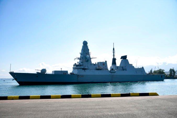 Na zastávke v Británii našli tajné dokumenty ministerstva obrany, obsahujú informácie o torpédoborci a armáde