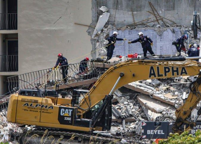 Pád budovy na Floride si vyžiadal už päť obetí, nezvestných je vyše 150 ľudí