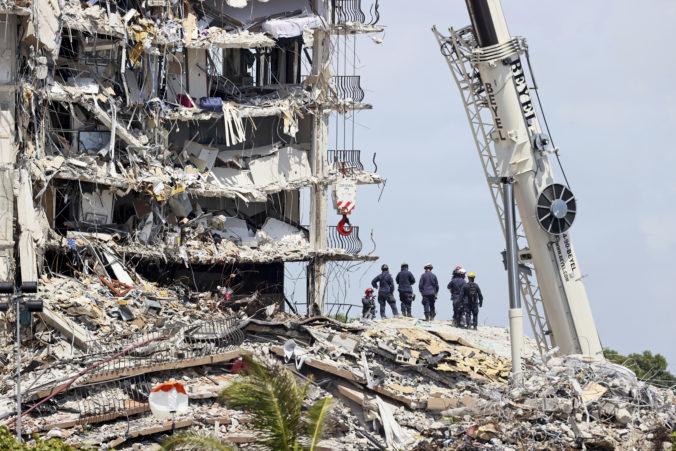 Záchranári hľadajú v troskách zrútenej budovy na Floride vzduchové bubliny, mohli by v nich prežiť ľudia