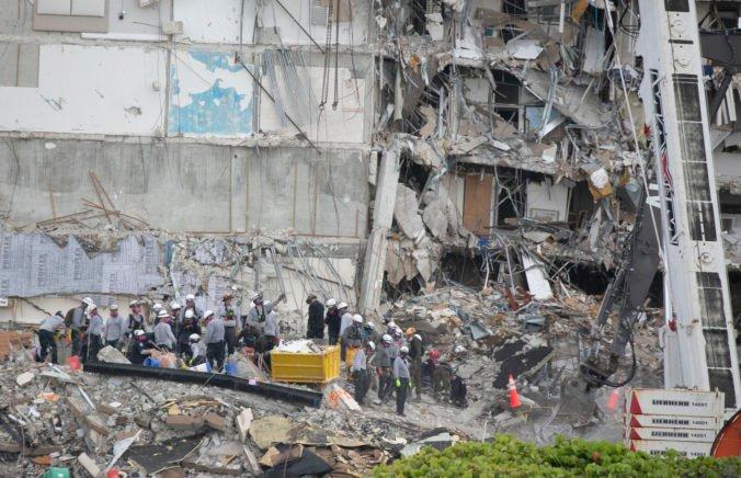 Medzi obeťami zrútenej budovy na Floride sú aj deti, miesto nešťastia navštívia prezident Biden s manželkou