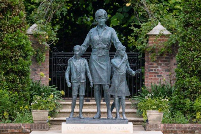 William a Harry odhalili sochu princeznej Diany, oslávila by 60. narodeniny