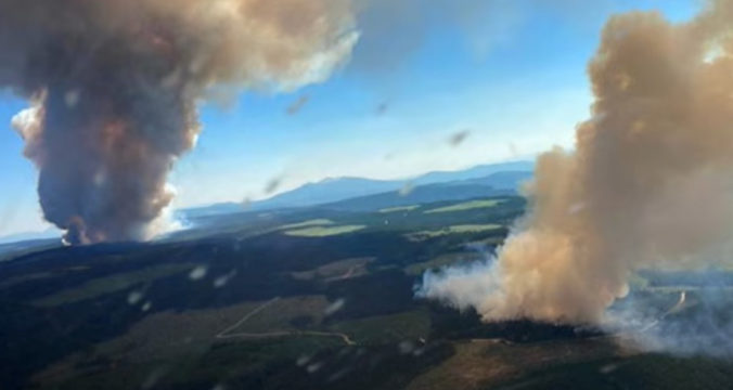 Kanadské mestečko zničil rozsiahly lesný požiar, množstvo ľudí prišlo o svoje domovy (video)
