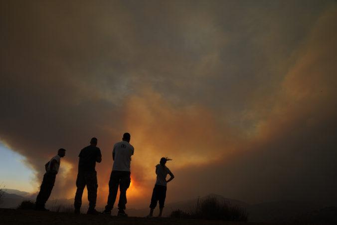 Lesný požiar zničil horskú dedinu na Cypre, našli pri nej pozostatky tiel štyroch ľudí