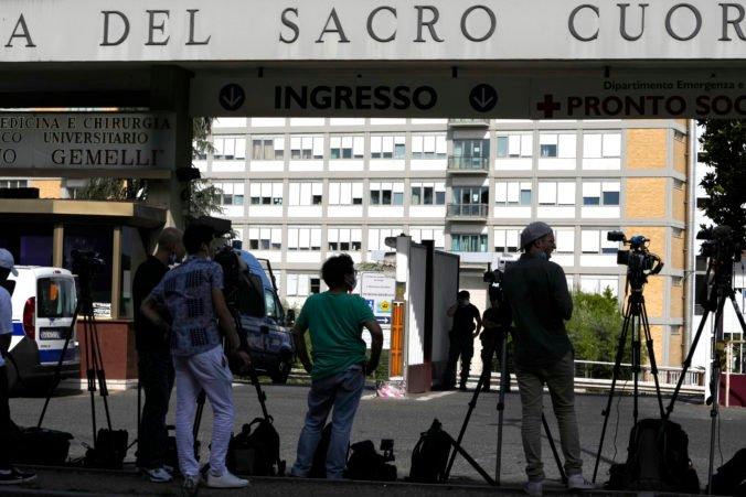 Pápež František je v nemocnici, podstúpi operáciu stenózy hrubého čreva