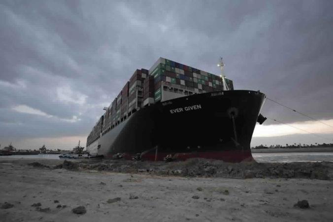 Loď Ever Given, ktorá blokovala Suezský prieplav, vyplávala. Čaká ju ešte prehliadka potápačmi