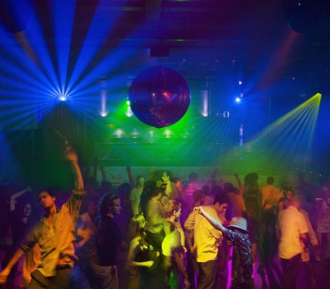 Paríž otvoril nočné kluby, Tokio zas pre rekordné počty infikovaných vyhlásilo núdzový stav