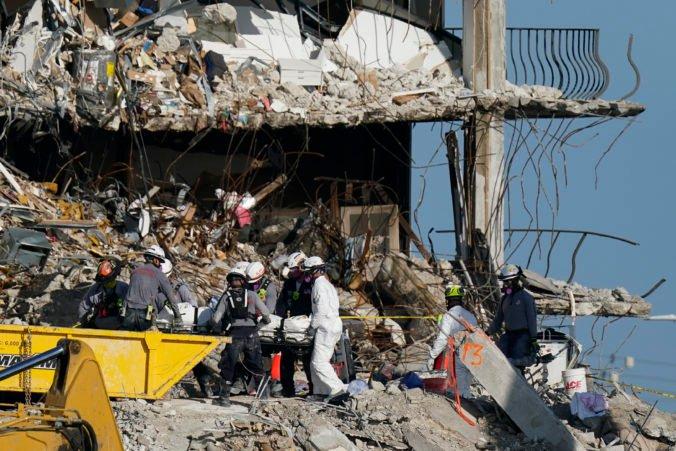 Počet obetí pádu budovy vo floridskom Surfside sa znovu zvýšil, preživších nenašli už niekoľko dní