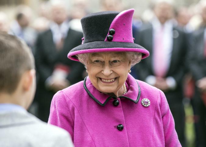 Britská kráľovná ocenila bojovnosť anglických futbalistov, veľa šťastia im poprial aj Johnson