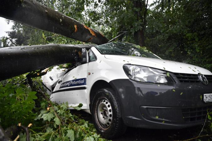 Silné búrky narobili škody v Nemecku a Švajčiarsku, dopravu narušili popadané stromy (video)