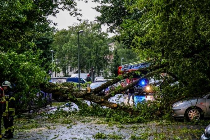 Česko zasiahli búrky so silným vetrom a veľkými krúpami, evakuovať museli aj detské tábory