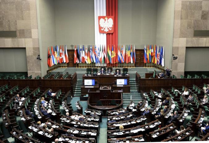 Poľská vládna koalícia po týždňoch obnovila tesnú parlamentnú väčšinu