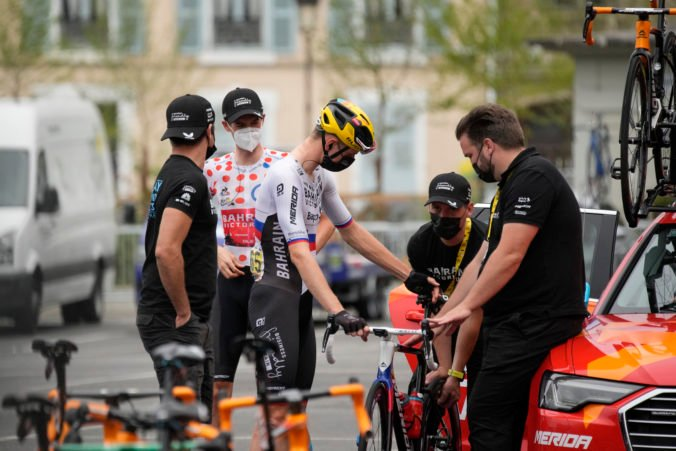 Cyklistický tím Bahrain – Victorious podozrievajú z dopingu, polícia prehľadala hotel aj autobus