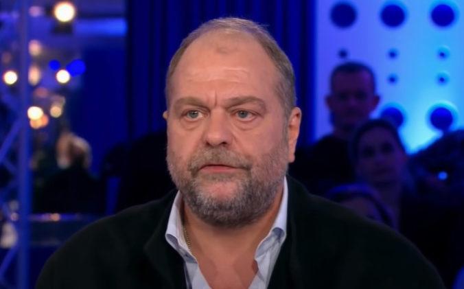 Francúzsky minister spravodlivosti čelí obvineniam, svojej funkcie sa však nechystá vzdať