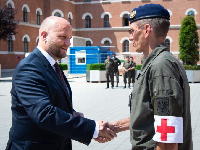 Minister Naď ocenil rakúskych vojakov, ktorí pomáhali pri celoplošnom testovaní na Slovensku (foto)