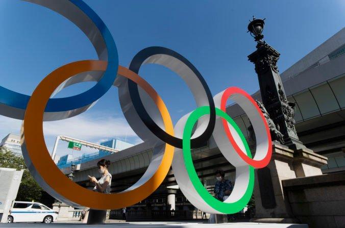 Hygienické kontroly či miesta v jedálni oddelené plexisklom, ruch v olympijskej dedine sa stupňuje
