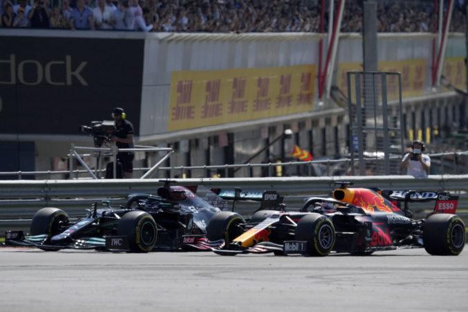 Na okruhu Silverstone zažili dramatické chvíle, Verstappen po kolízii s Hamiltonom skončil v bariérach