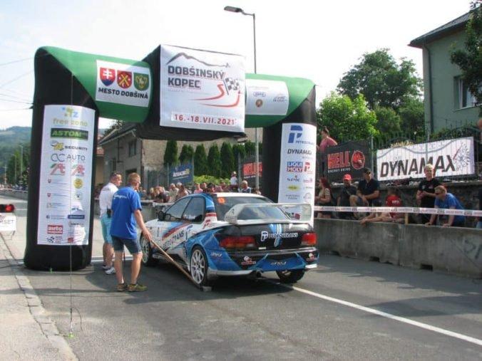 Preteky na Dobšinskom kopci ukončili predčasne, vozidlo po nehode zachytilo traťového komisára