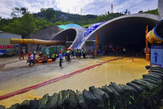 V zaplavenom tuneli zostali uväznení robotníci, pomáhajú aj profesionálni potápači