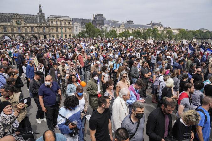 Viac ako 100-tisíc Francúzov protestovalo proti vládnym opatreniam, odmietajú očkovanie (video)