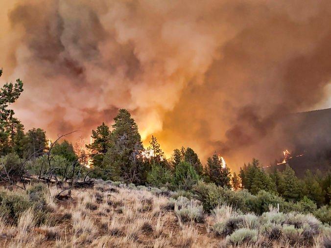 Západ USA sužuje množstvo rozsiahlych požiarov, ohrozujú tisíce domov