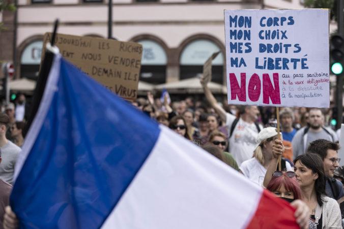 """Francúzi skandovali """"Sloboda"""" a kritizovali Macrona, vandali zaútočili aj na dve očkovacie centrá (video)"""