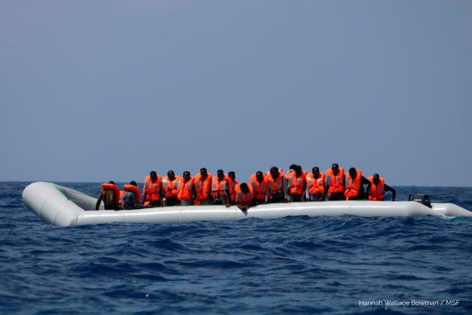 Cez Lamanšský prieliv sa do Británie dostal rekordný počet migrantov, za jeden deň prišlo až 430 ľudí